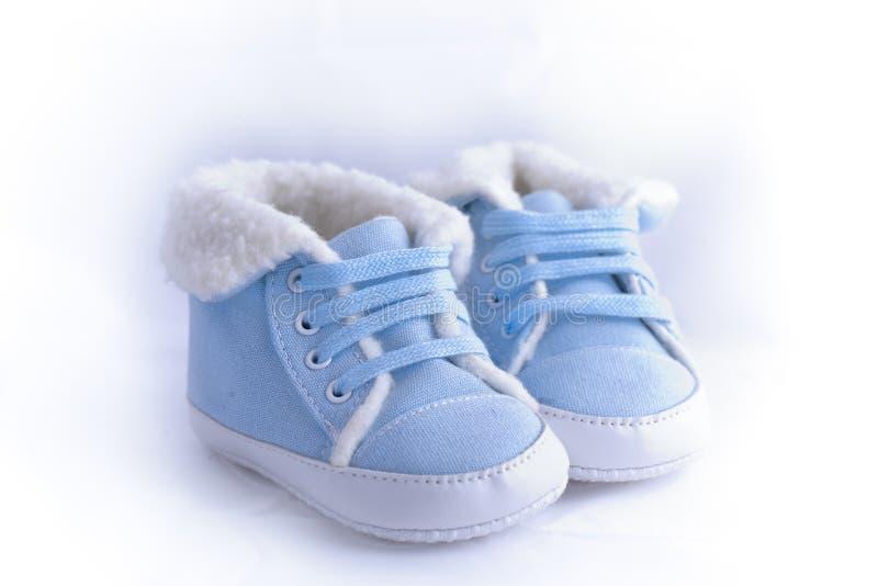 Download Bluen Och White Behandla Som Ett Barn Skor Fotografering för Bildbyråer - Bild av vitt, ullbeklädnad: 27285981