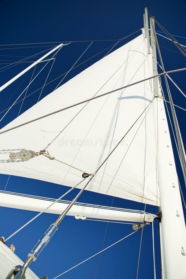 bluen seglar skyen fotografering för bildbyråer