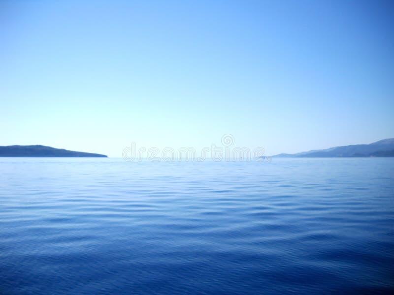 Blueness del mare, del cielo e del passaggio fra le isole ioniche immagini stock libere da diritti