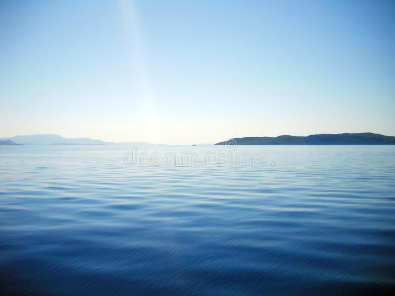 Blueness del mare ionico ed isole e raggio di luce immagine stock