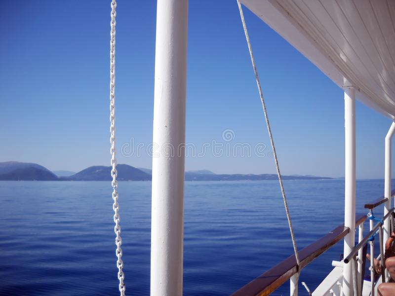 Blueness van Ionische overzees, eilanden en hemel, en bleekheid van boot stock fotografie