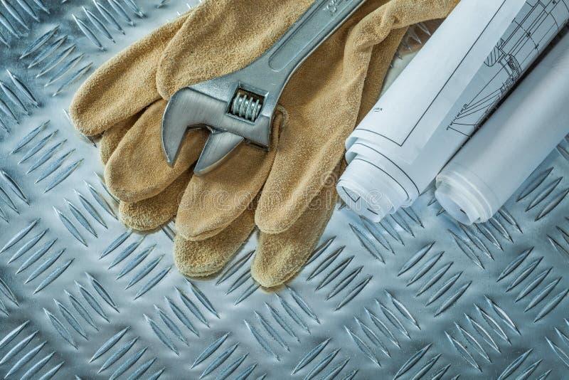 Blueprints i guanti della sicurezza della chiave regolabile su metallo incanalato s immagini stock
