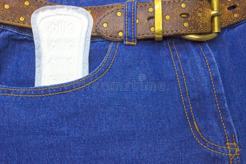 Blues-jean, denim avec le journal, protection sanitaire de règles Protection d'hygiène de femme Protection tendre douce pendant d image stock
