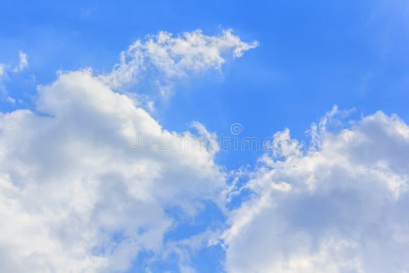 Bluesky et fond de nuages en été photo libre de droits