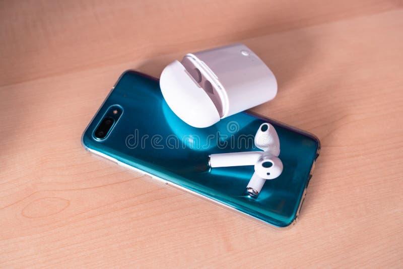 bluetooth Hülsen sind bereit, Fang mit dem grünen Smartphone zu sein stockfotos