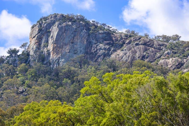 Bluff de Dagzomende aardlaag van het Rotsgraniet, Tenterfield, Nieuw Zuid-Wales australië stock foto's