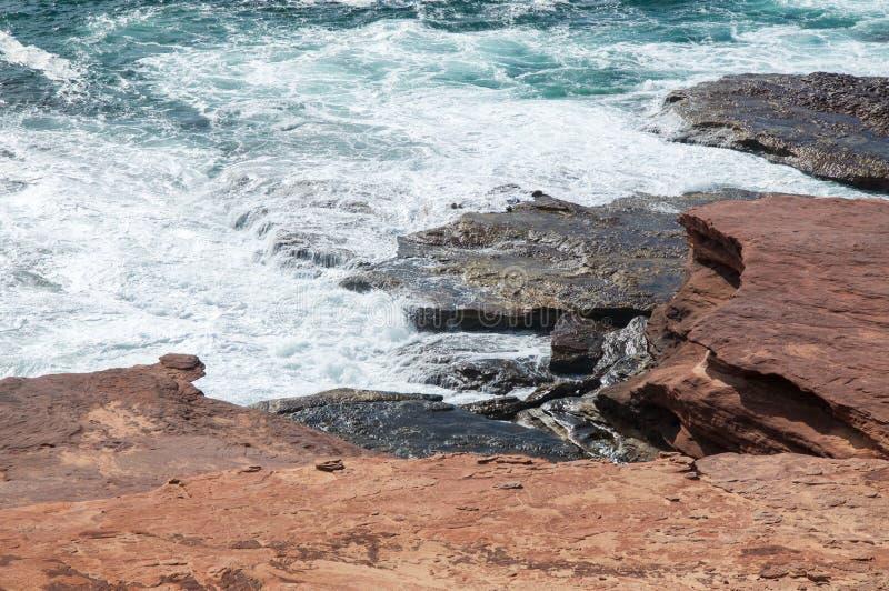 Bluff rouge : Mer mousseuse photo libre de droits