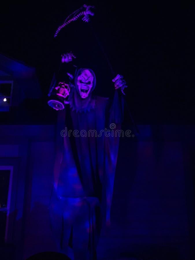 Bluish Hued Grim Reaper stehend auf Graveyard lizenzfreie stockfotos