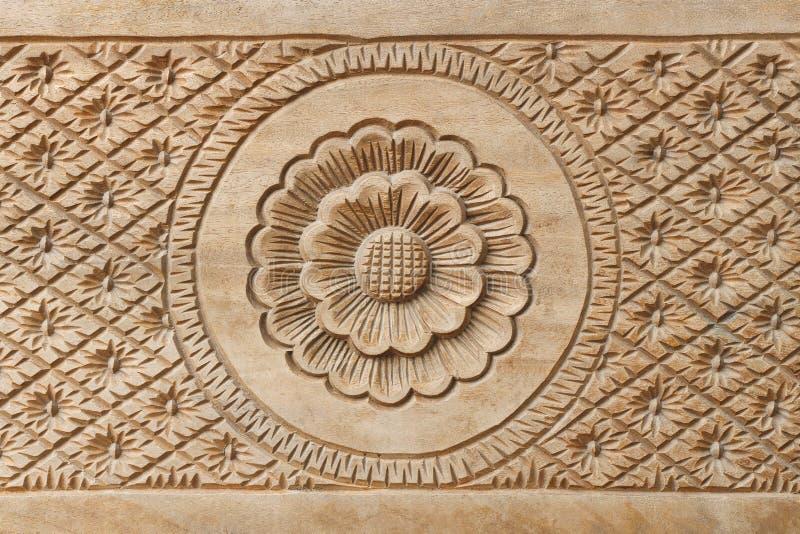 Blume auf geschnitztem Holz für Dekoration lizenzfreie stockbilder