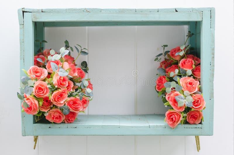 Blume in der grünen Holzkiste lizenzfreie stockfotografie