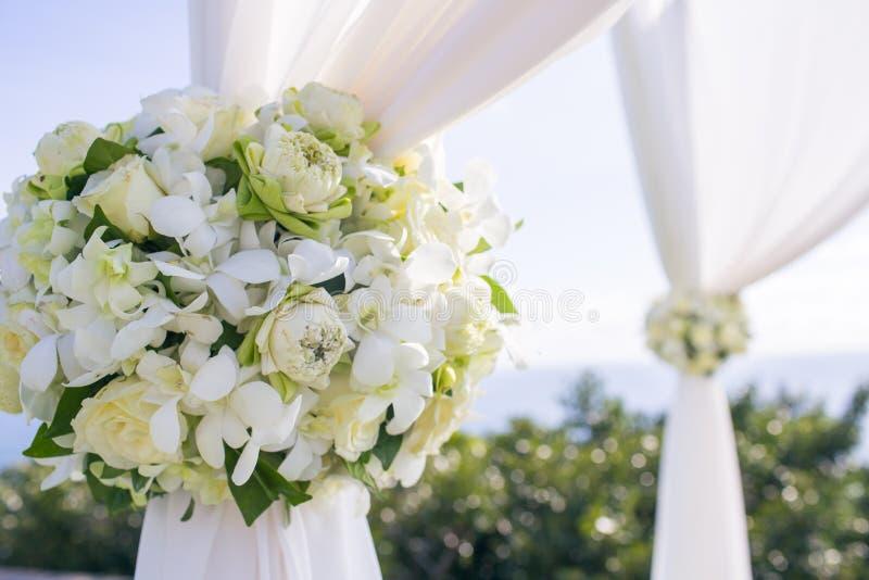 Blume in der Hochzeitseinstellung lizenzfreies stockbild