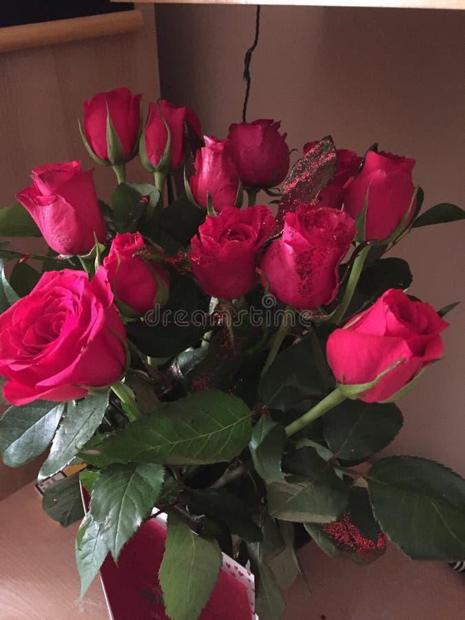 Blume der roten Rosen blüht Blumenstrauß stockfotos