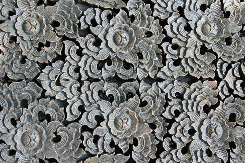 Blume geschnitzt auf Holz stockfotografie