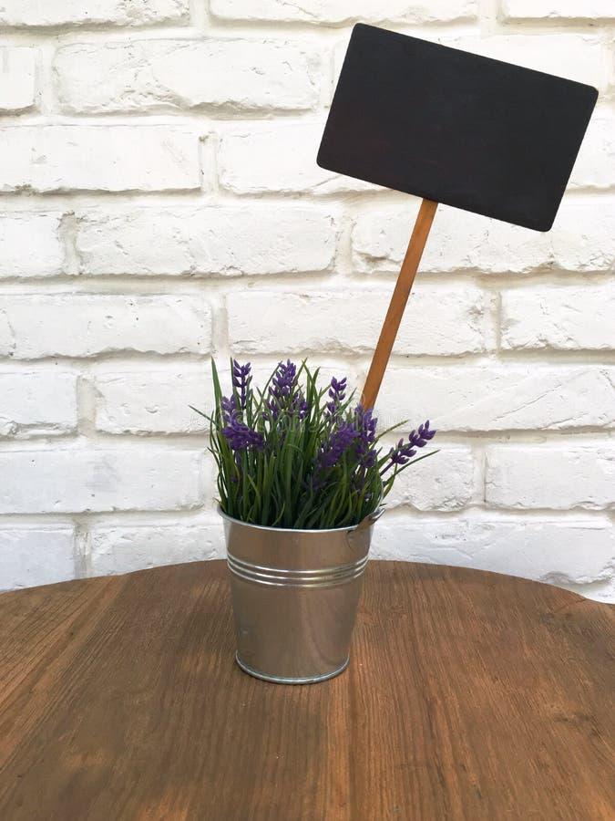 Blume mit leerer Tafel stockfotografie