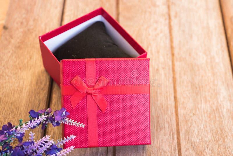 Blume und Geschenkbox lizenzfreies stockbild
