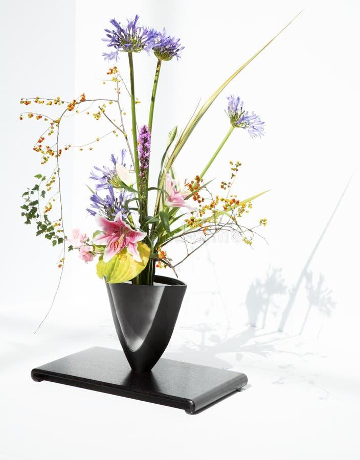Blumen-Anordnung, Ikebana stockfoto. Bild von blumen, anordnung ...