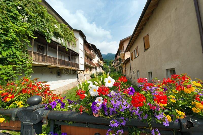Blumen auf der Brücke - Levico Terme Italien lizenzfreies stockfoto
