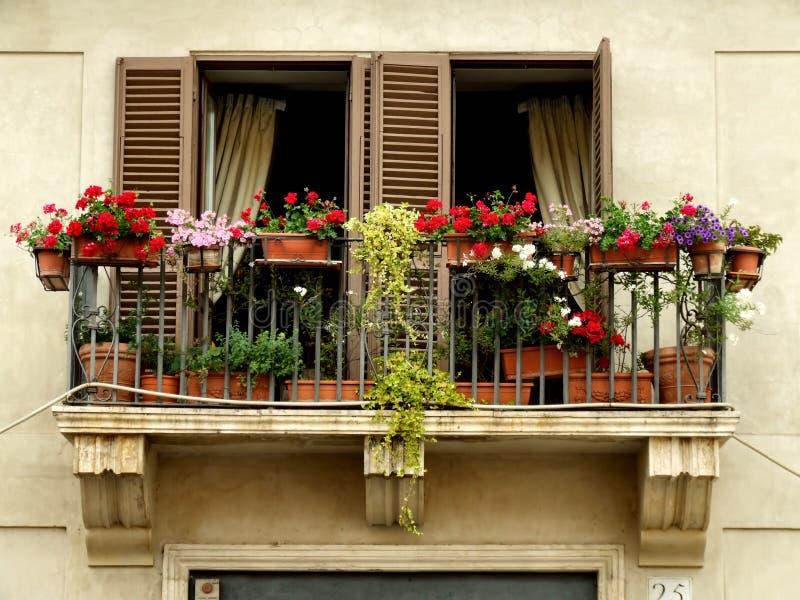 Blumen auf einem Balkon lizenzfreie stockfotografie