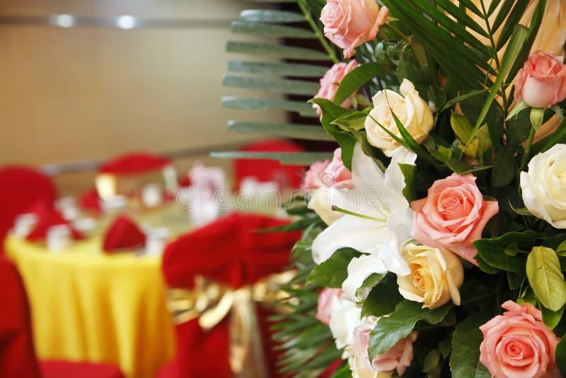 Blumen auf Hochzeitsbankett. lizenzfreies stockfoto