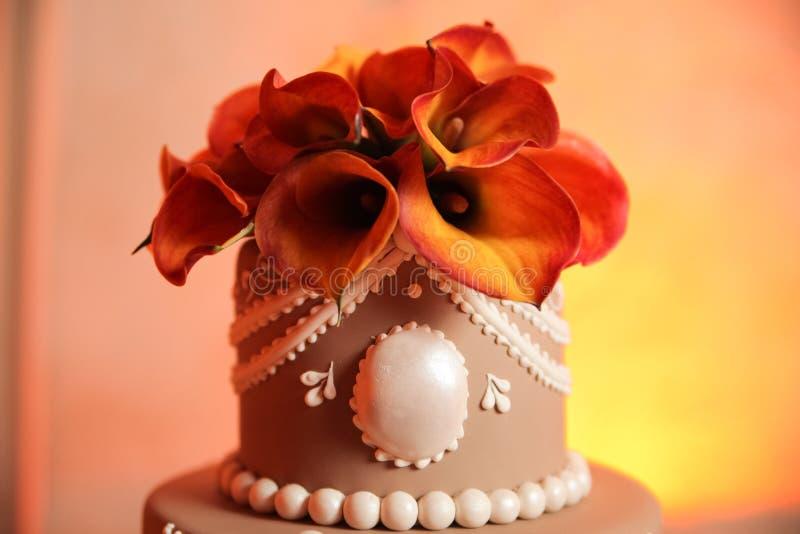 Blumen auf Hochzeitskuchen lizenzfreie stockfotografie