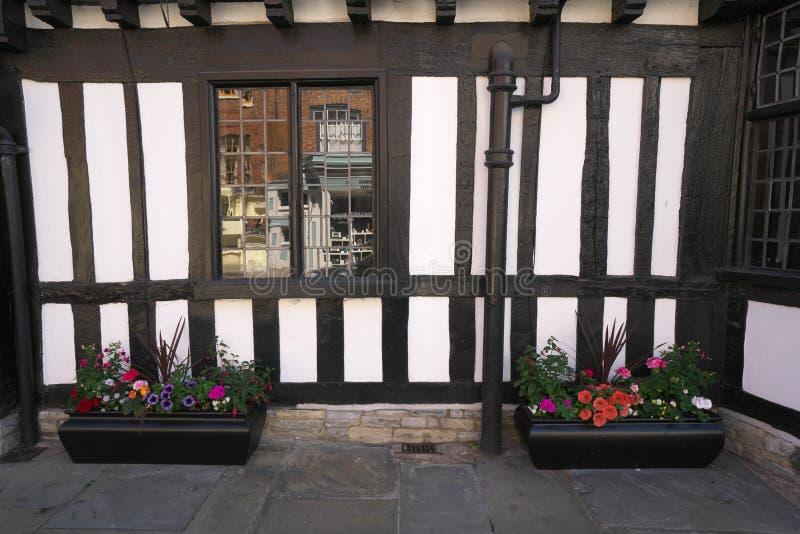 Blumen auf Kapellen-Straße von Stratford-nach-Avon stockfotos