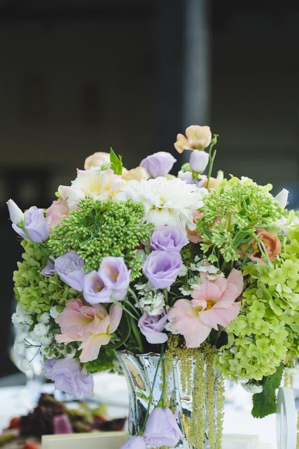 Blumen auf Tabelle stockbild