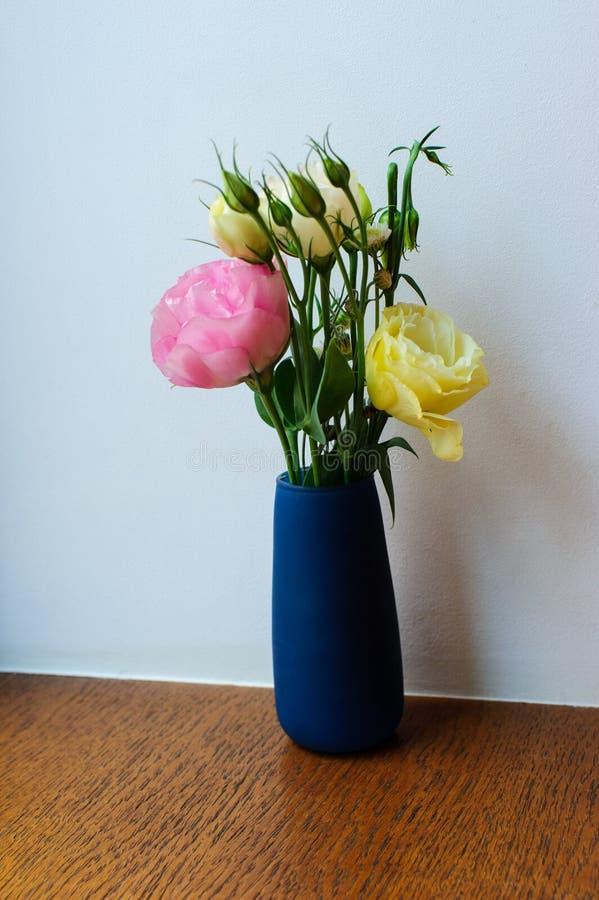 Blumen auf Tabelle im Restaurant lizenzfreie stockbilder