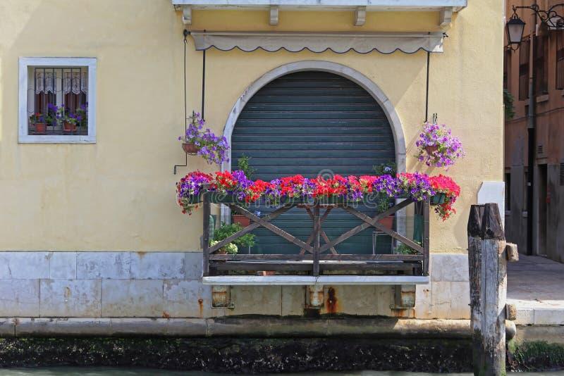 Blumen-Balkon lizenzfreies stockfoto