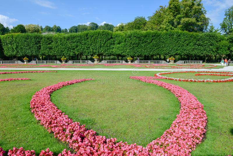 Blumen blühen am Mirabell-Palast-Garten in Salzburg, Österreich lizenzfreies stockbild