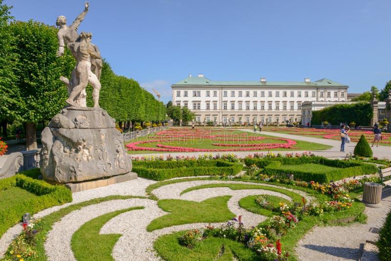 Blumen blühen am Mirabell-Palast-Garten in Salzburg, Österreich stockfoto