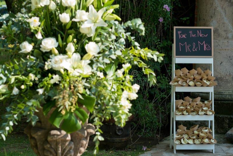 Blumen-Dekoration und Lavendel füllten Papierkegel, Sachen, um an Ihrer Hochzeit anstelle des Reises zu werfen lizenzfreie stockfotos