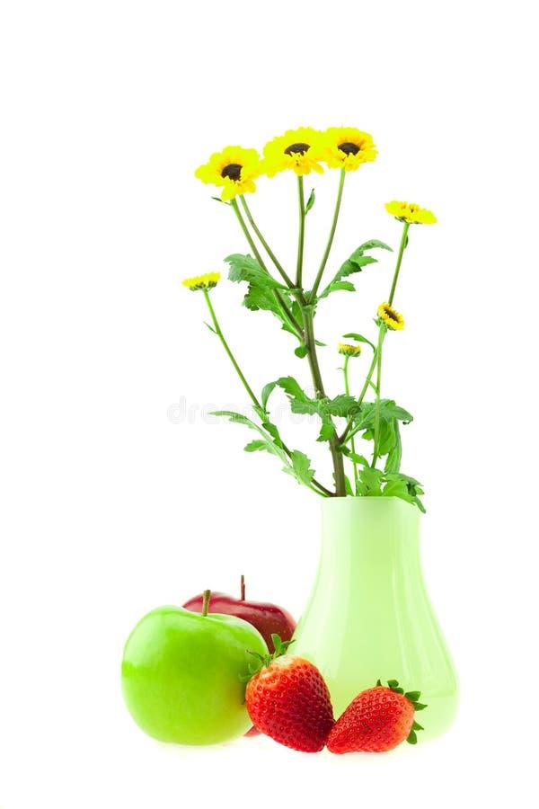 Blumen in den Äpfeln und in den Erdbeeren eines Vase stockbilder