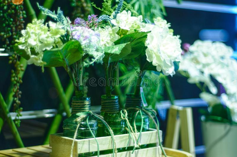 Blumen in den Glasflaschen lizenzfreie stockbilder