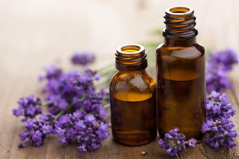 Blumen des wesentlichen Schmieröls und des Lavendels lizenzfreie stockfotografie