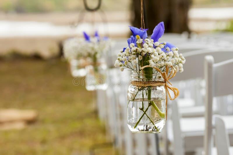 Blumen, die im Weckglas hängen stockfoto