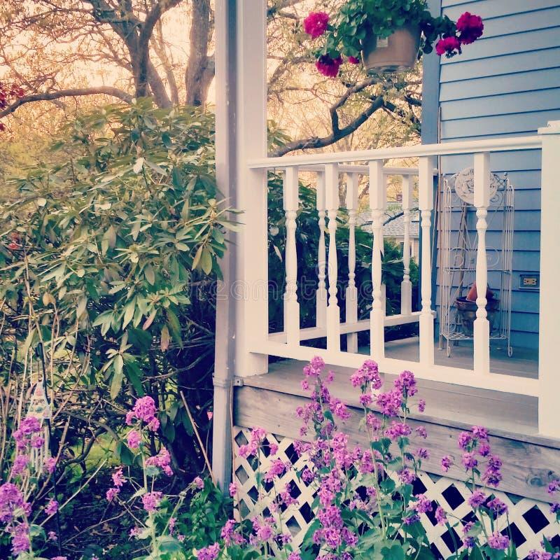 Blumen durch das Portal lizenzfreies stockfoto
