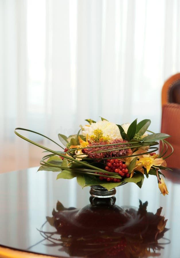 Blumen in einem Hotelzimmer stockbilder