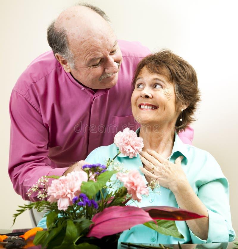 Blumen für seine Dame lizenzfreie stockbilder