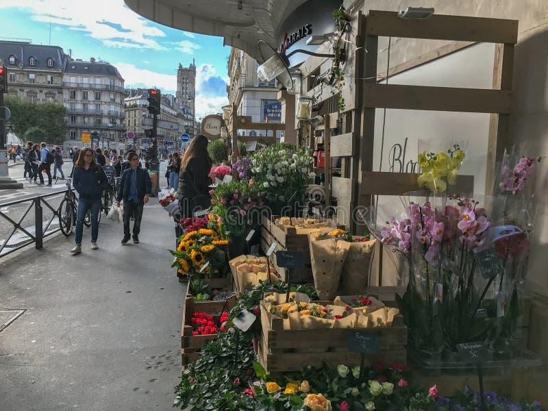 Blumen für Verkauf vor dem BHV-Kaufhaus, Paris stockbild