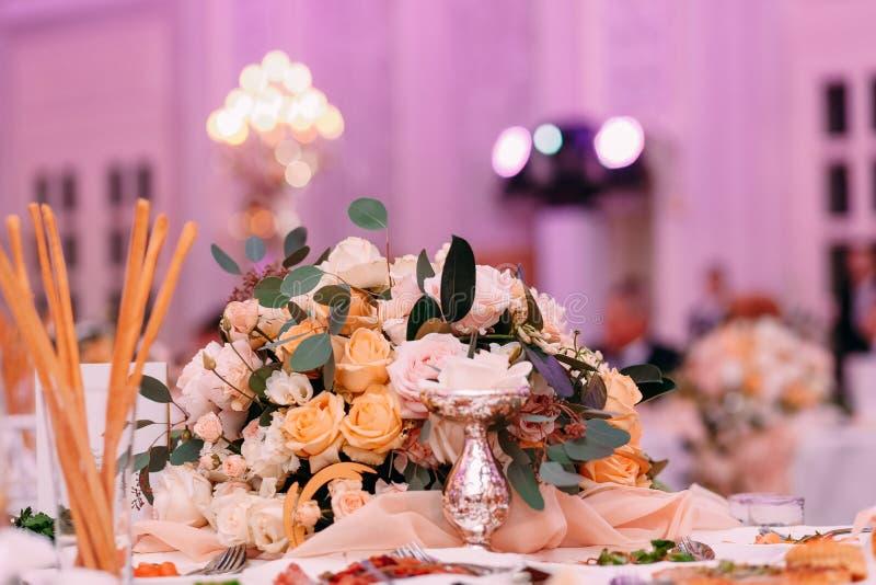 Blumen-Farbbeleuchtung des festlichen Tischschmucks floristry lizenzfreie stockbilder