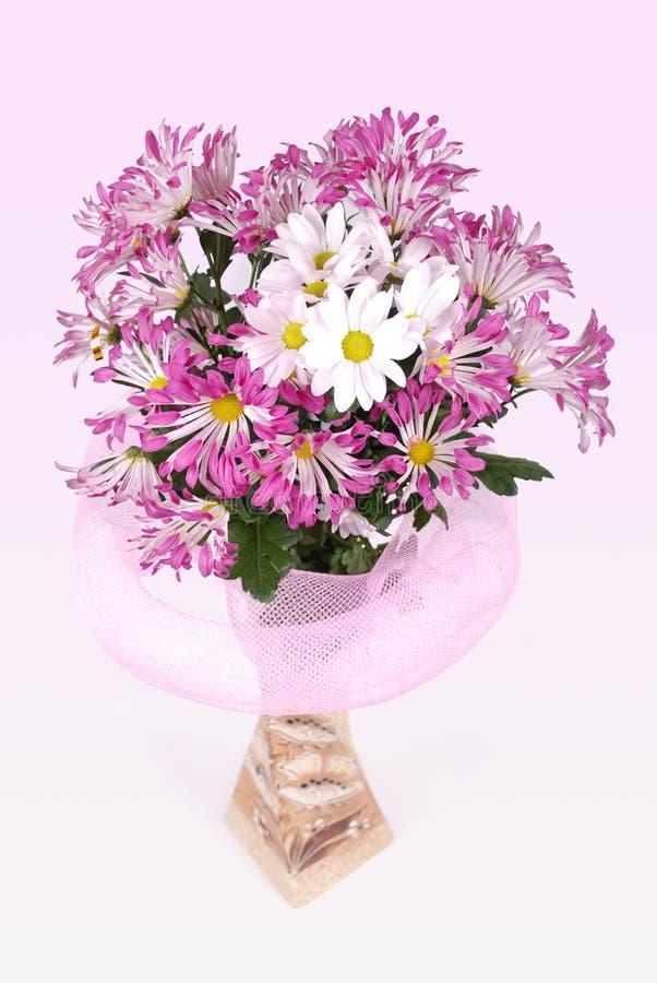 Blumen, Gänseblümchen, Vase, Blumenstrauß, Stillleben, Geschenk, Rosa, Romance, Stimmung, Anerkennung, Liebe lizenzfreie stockfotografie