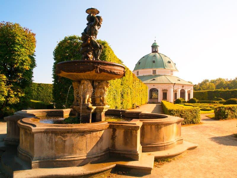 Blumen-Garten mit Wasserbrunnen und barockes Rundbau in Kromeriz lizenzfreie stockfotografie