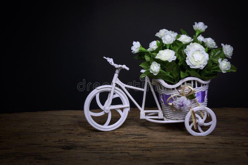 Blumen im Dreirad lizenzfreie stockfotografie