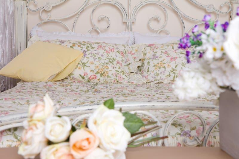 Blumen im Schlafzimmer lizenzfreies stockbild