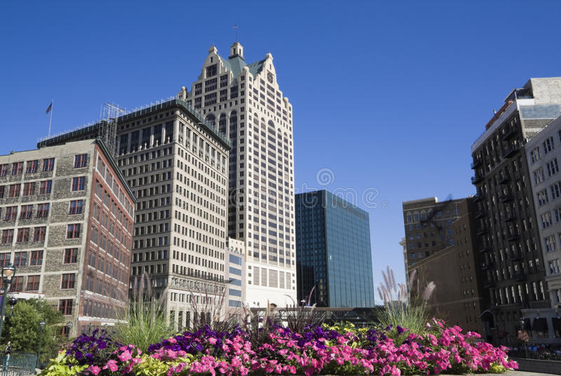 Blumen in im Stadtzentrum gelegenem Milwaukee stockfoto