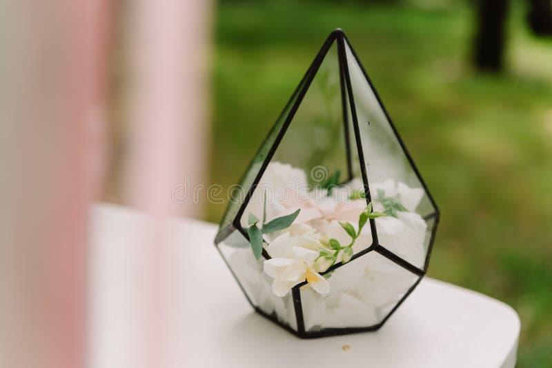 Blumen im ursprünglichen Vase vom Glas und vom Metall lizenzfreie stockbilder