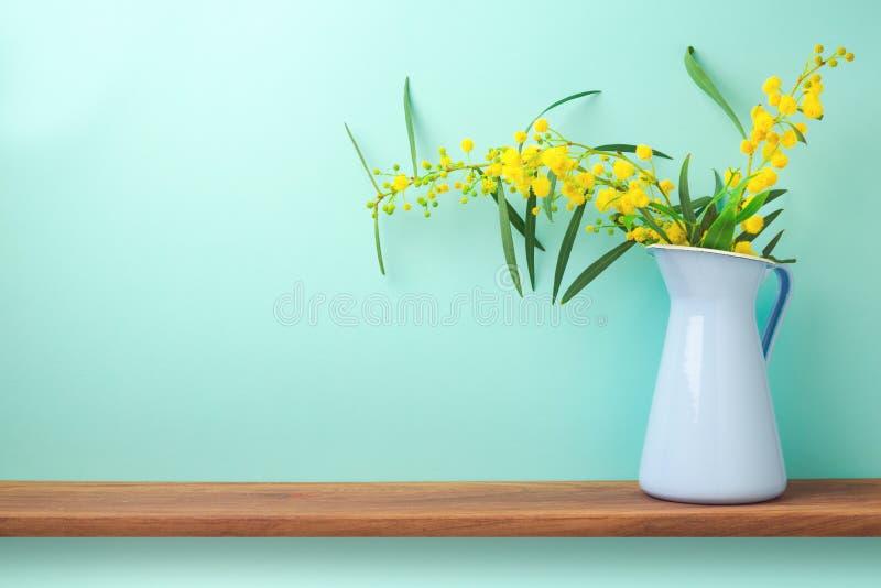 Blumen im Vase auf hölzernem Regal stockfoto
