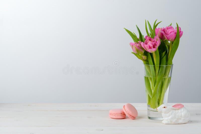 Blumen, Makkaroni und Häschen lizenzfreie stockfotos