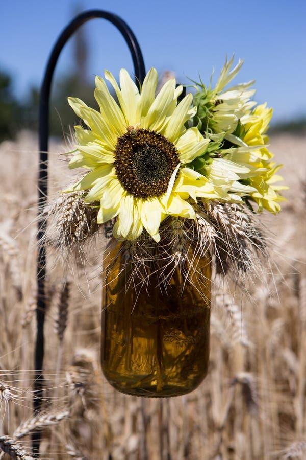 Blumen-Mason Jar-Weizen Feld lizenzfreies stockbild