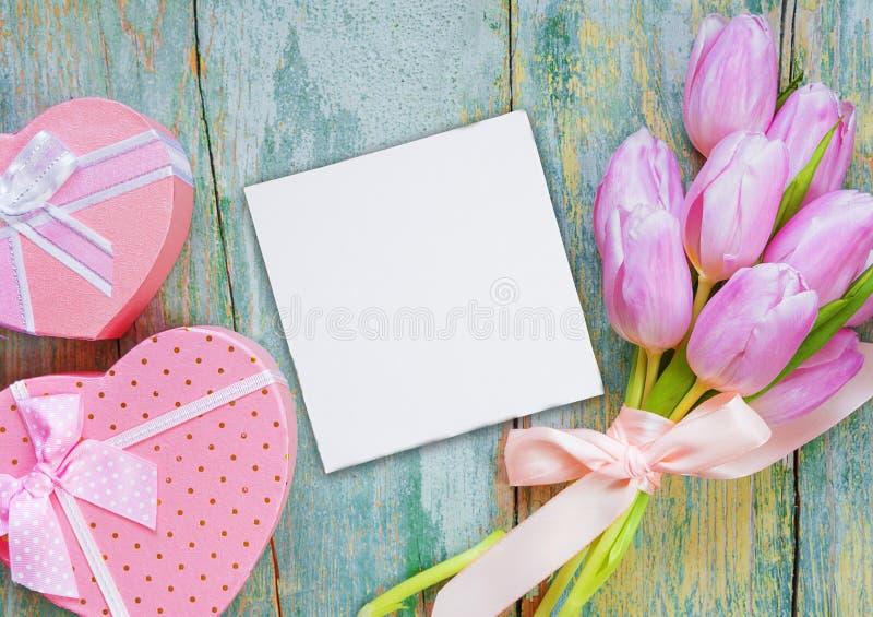Blumen, Papierkarte und Geschenkboxen lizenzfreies stockbild